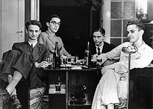 Decio de Almeida Prado, Paulo Afonso Mesquita Sampaio, F. Coaracy e Paulo Emílio Salles Gomes, com garrafas não sei de quê