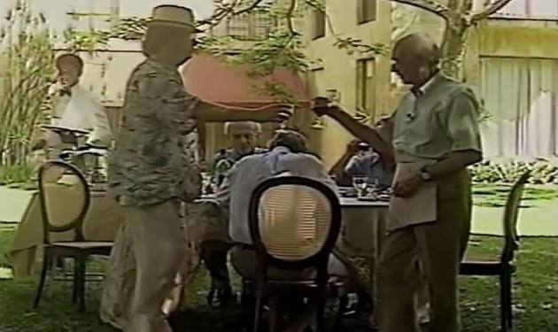 """Antonio Candido e Tom Jobim, brindando taças de vinho (do programa """"3 Antonios e 1 Jobim"""")."""